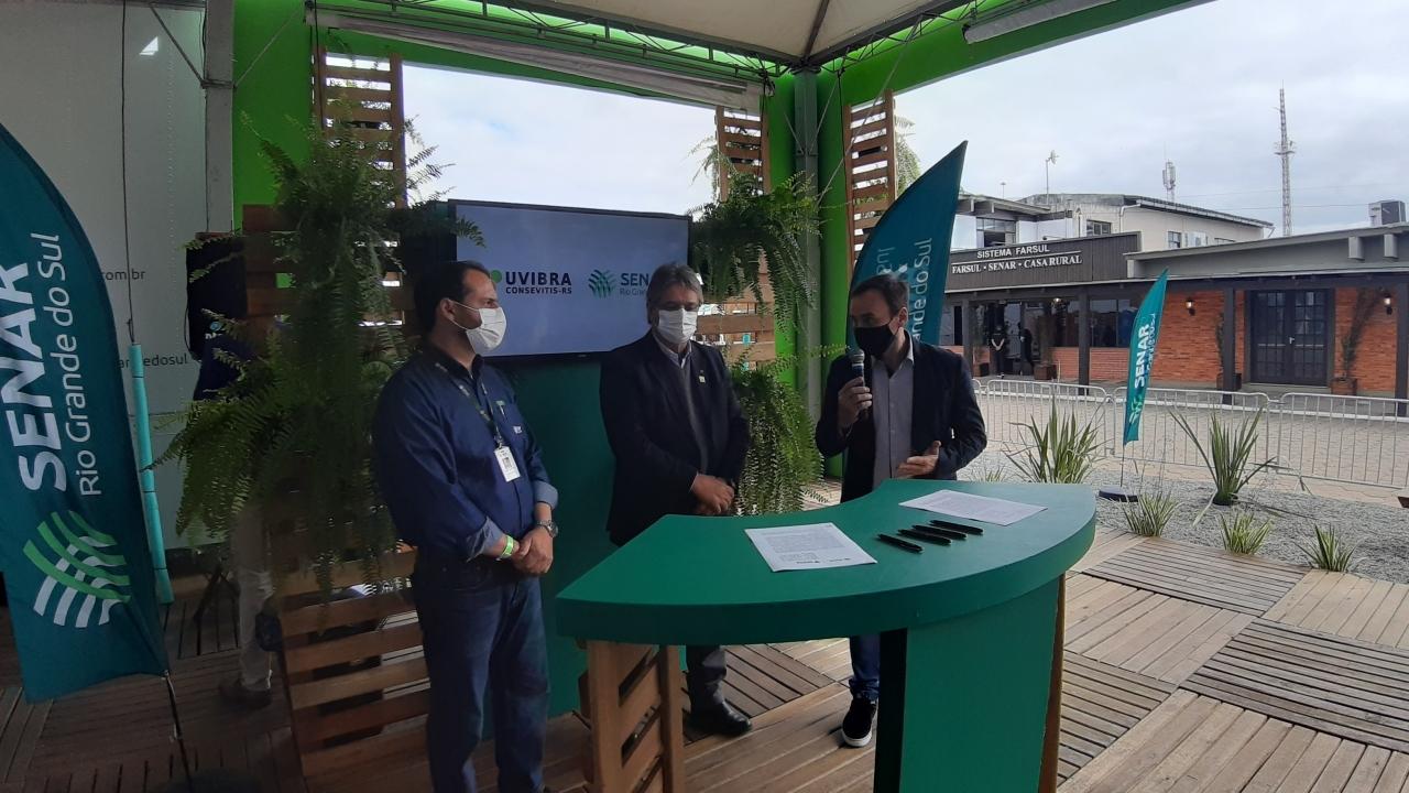 Assinatura Termo de Cooperação entre Senar-RS e Consevitis-RS _ crédito Rosângela Longhi