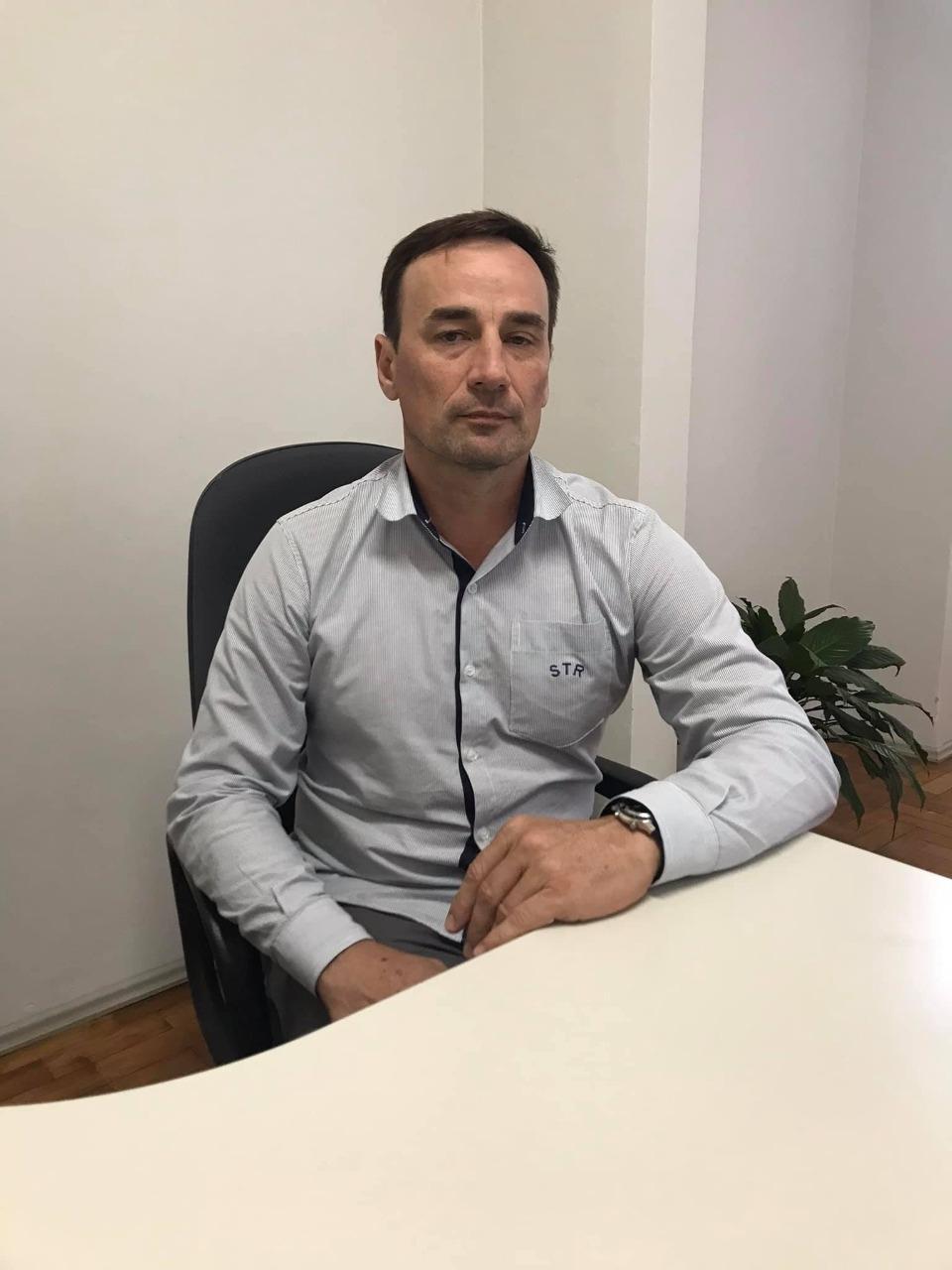 Luciano Rebellatto, coordenador do Consevitis-RS, sentado em sua cadeira de trabalho.